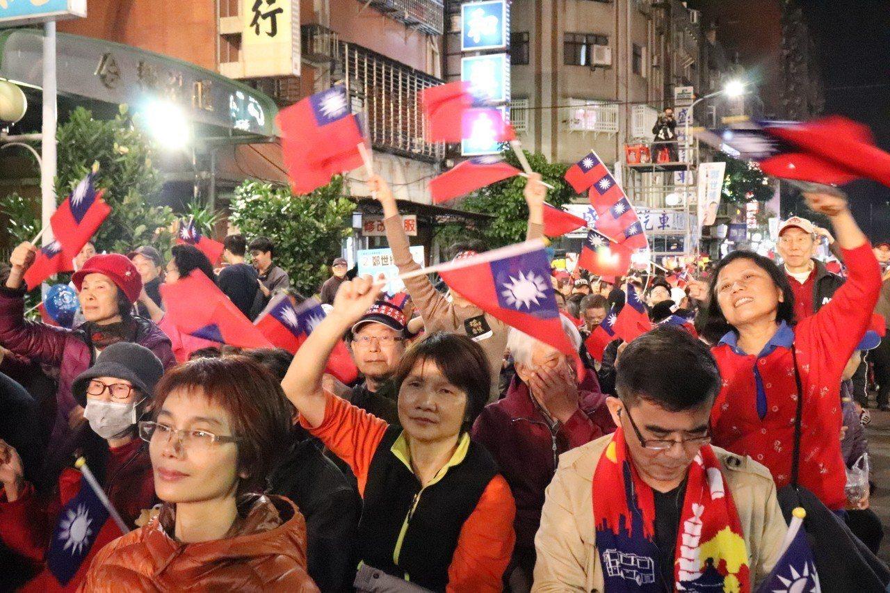 鄭世維選前之夜聚集眾多支持者熱情打氣。記者胡瑞玲/攝影