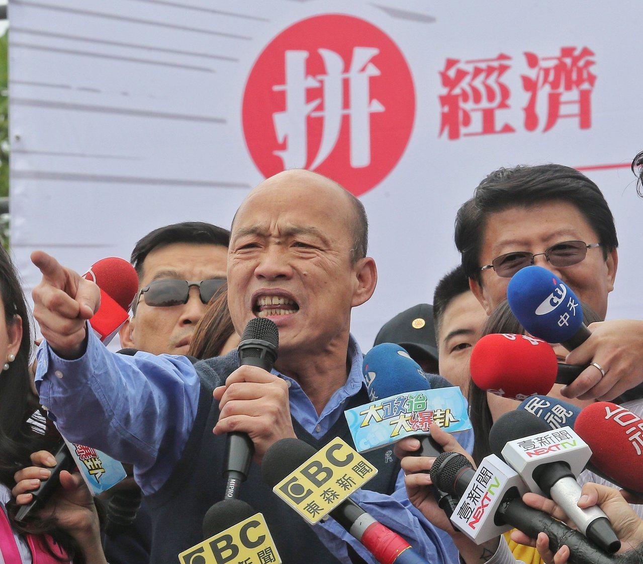 高雄市長韓國瑜(左)為國民黨立委補選候選人謝龍介(右)站台造勢。記者鄭清元/攝影