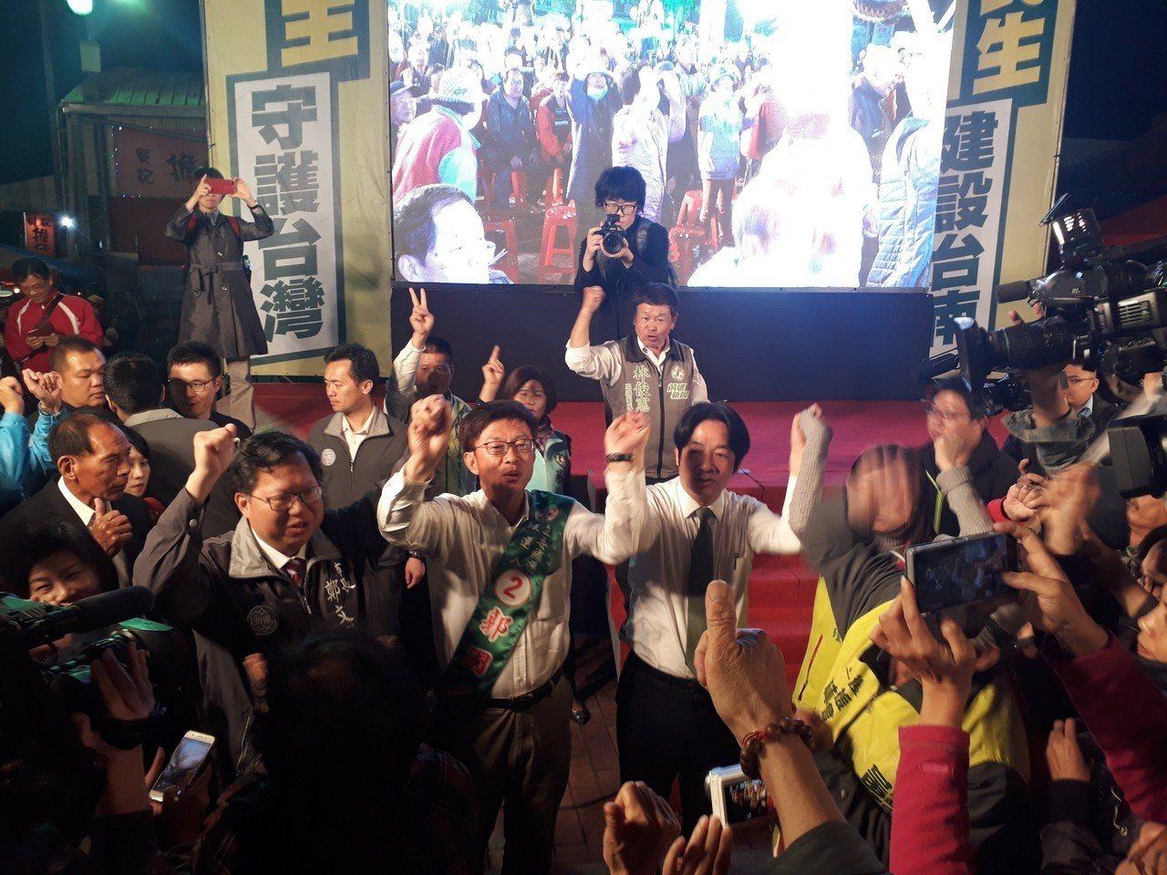 桃園市長鄭文燦(左)、行政院前院長賴清德(右)晚間陪同候選人郭國文掃街,出發前一...