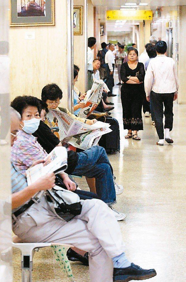 專家提醒,進醫院要帶口罩。圖/本報資料照片