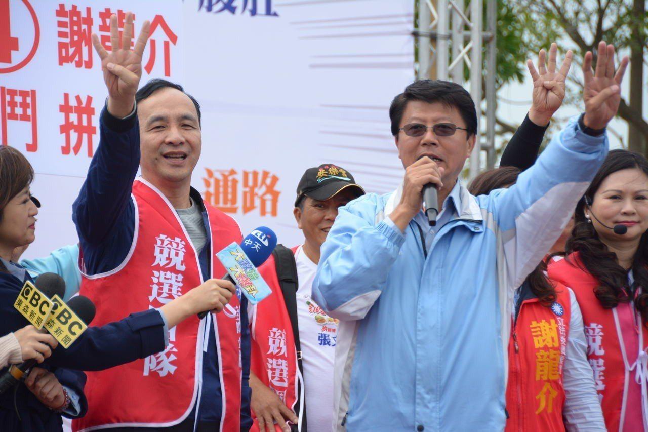 新北市前市長朱立倫(左)今天到台南為謝龍介站台。記者吳淑玲/攝影