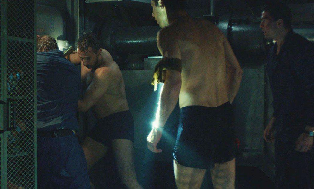 馬提亞斯修奈爾(左二)在「庫爾斯克號:深海救援」仍要展現體格。圖/海樂提供