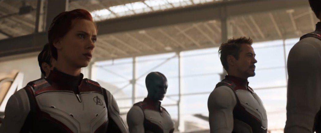 黑寡婦(左)、鋼鐵人等「復仇者聯盟」成員集結出發,她又成為紅髮。圖/翻攝自You