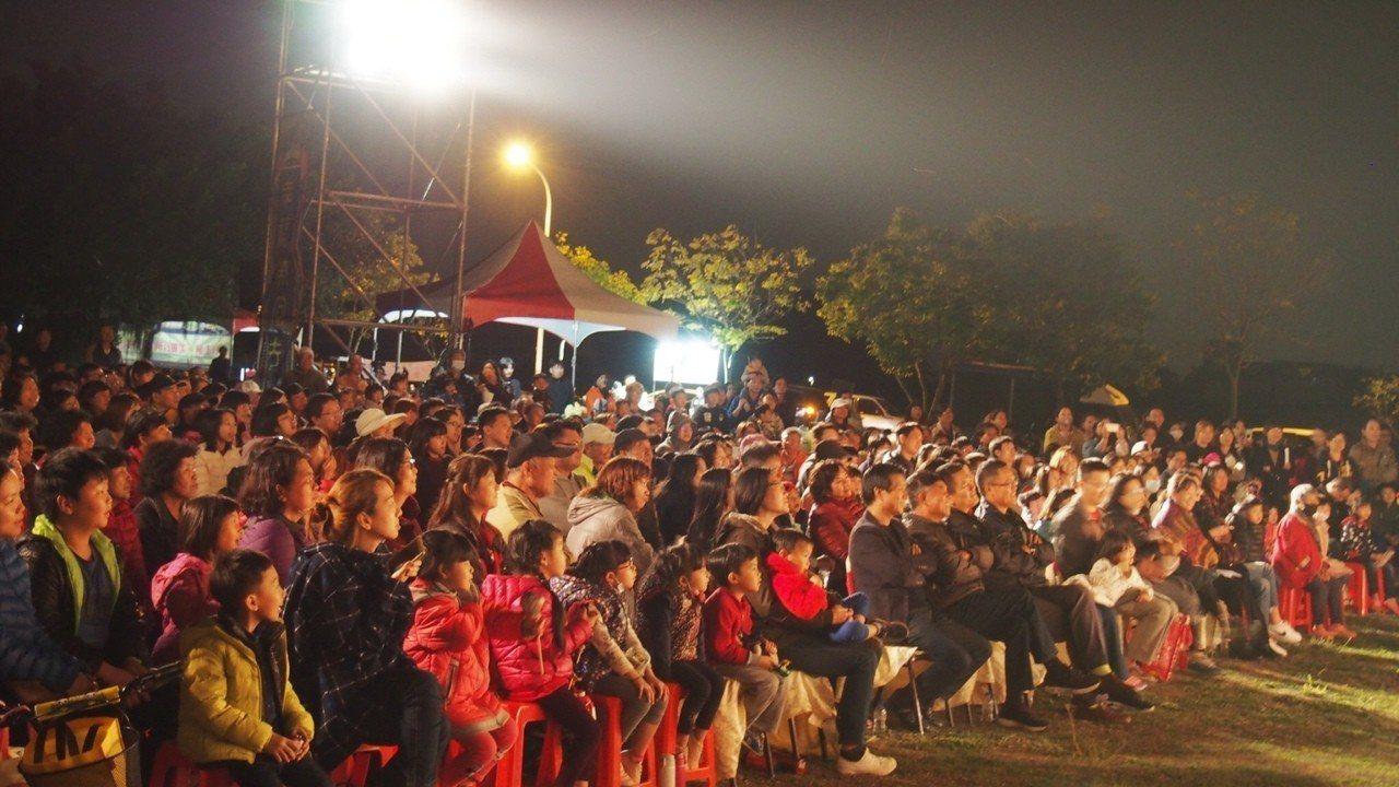 「金枝演社劇團」今晚在雲林縣林內鄉免費演出,逗趣充滿台味的劇情,讓台下觀眾笑聲不...
