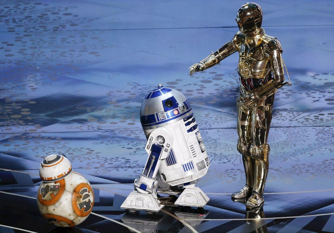 電影「星際大戰」機器人角色BB-8(左)、R2-D2和C-3PO(右)。路透