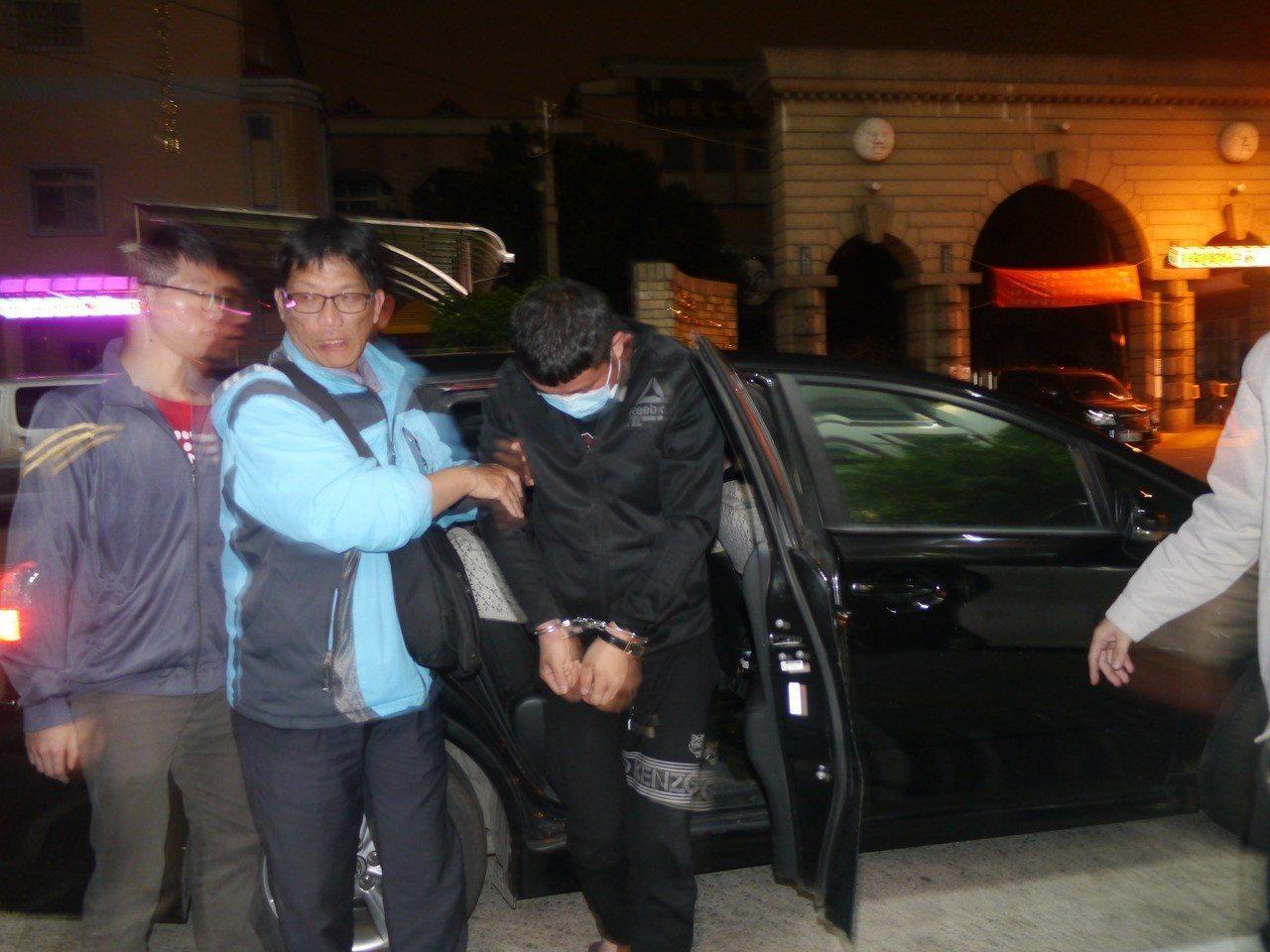 23 歲劉姓男子涉嫌在郵局前搶奪婦人提領的38萬元,今晚落網。記者徐白櫻/攝影