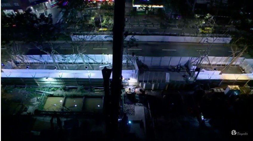 樹花園於施工現場架設液晶螢幕,即時直播移樹情形。圖/取自Youtube「樹花園T...