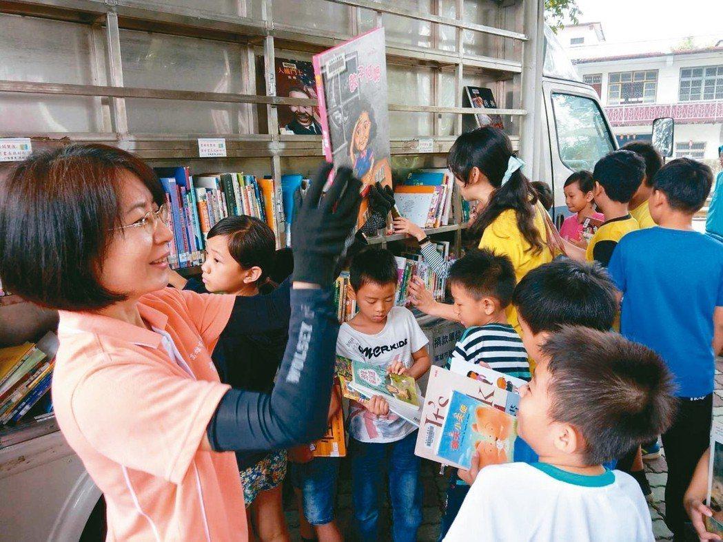 高雄市立圖書館將行動書車開進偏鄉,推動偏鄉孩子閱讀。 圖/高市圖提供