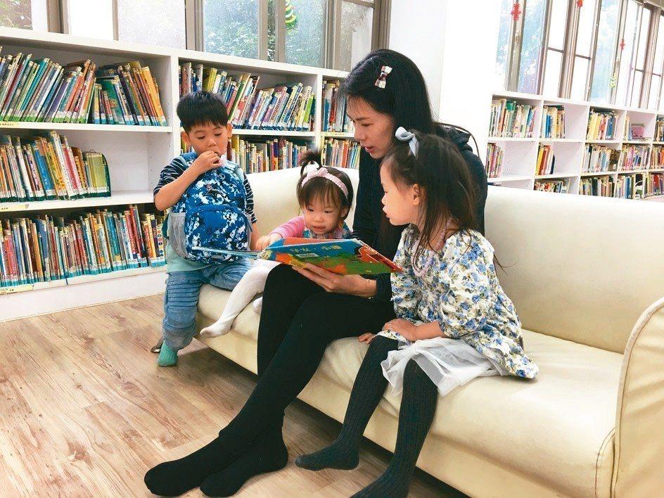 台南市立圖書館兒童室每到周末即有許多家長會帶著孩子閱讀書籍。 圖/台南市文化局提...