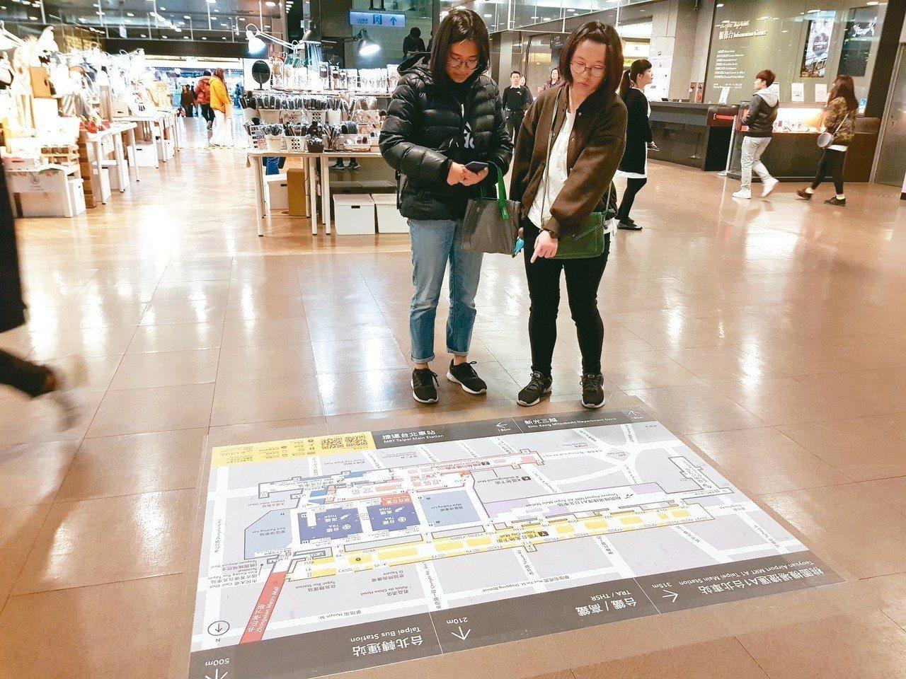 北市觀傳局擴大於60處地下街出入口前或連通道間試辦新版地貼式地圖,共41處詳細地...