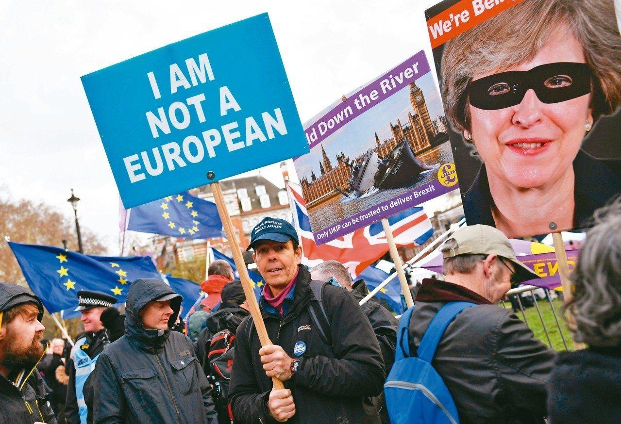 在十四日投票期間,支持脫歐者在國會大樓外遊行。 (路透)