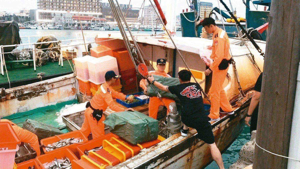 海巡署前天在澎湖海域攔截合吉利漁船,並在船上扣得四公噸菸絲,是國內首次查獲漁船走...