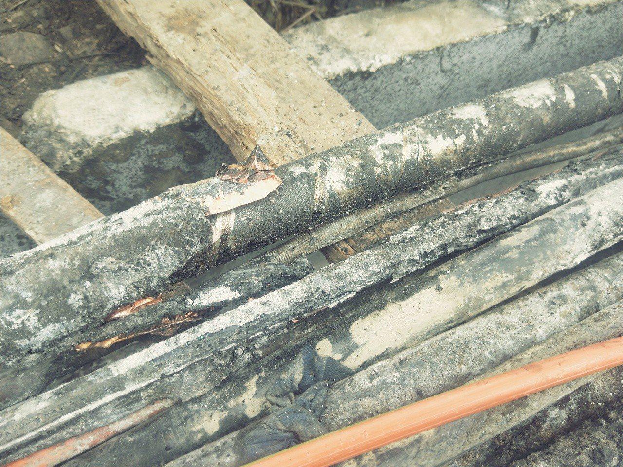 台鐵基隆站出口處電纜線槽昨天凌晨起火,通訊及號誌電纜被燒破皮損壞。記者游明煌/攝...