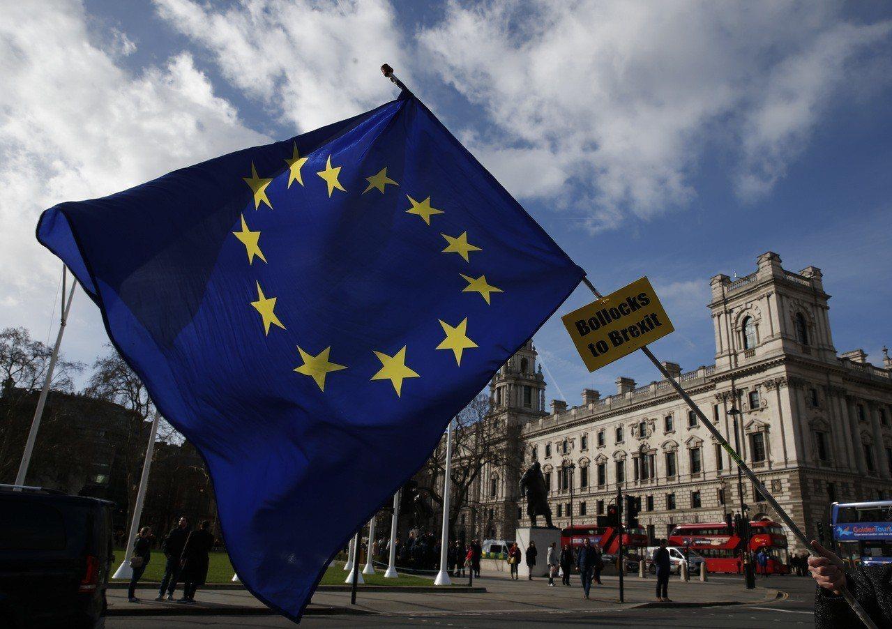 歐盟盼用時間軟化英國脫歐立場。圖為英國國會外的歐盟旗幟。(新華社)