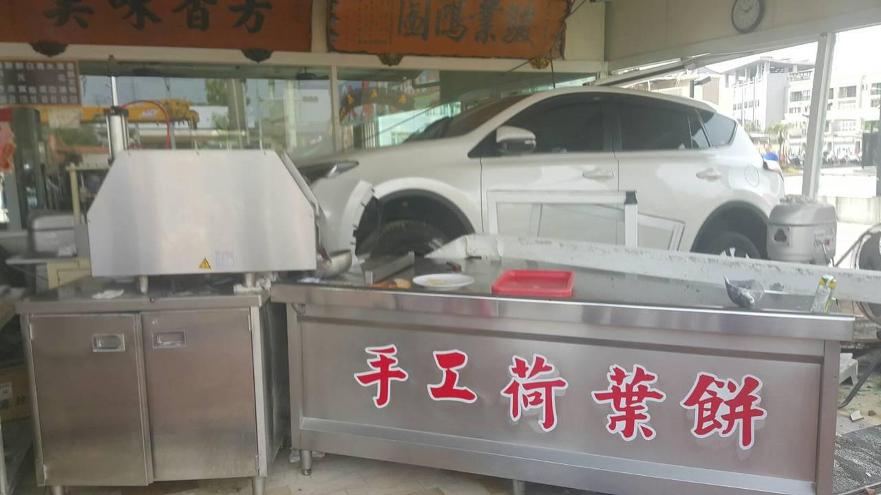 預拌混凝土車突撞進停車場,把一輛白色休旅車撞進烤鴨店。記者徐白櫻/攝影