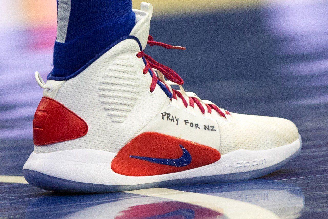 著西蒙斯球鞋手寫「為紐西蘭祈禱」。 路透