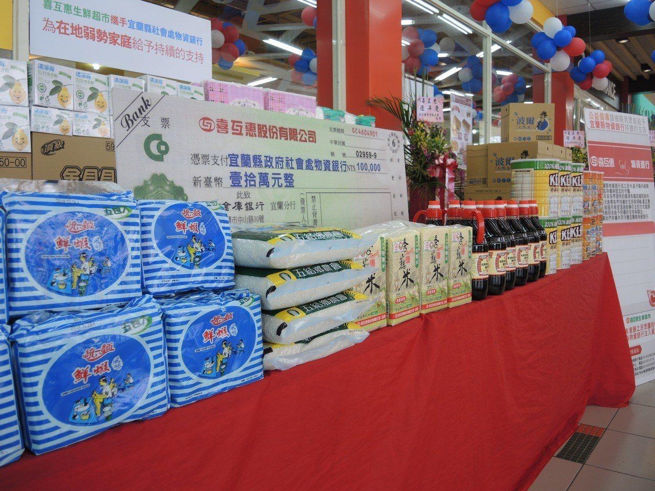 喜互惠超市今年用貨車載民生用品貨上山去或到海邊,開起「行動超市」。圖為喜互惠超市...