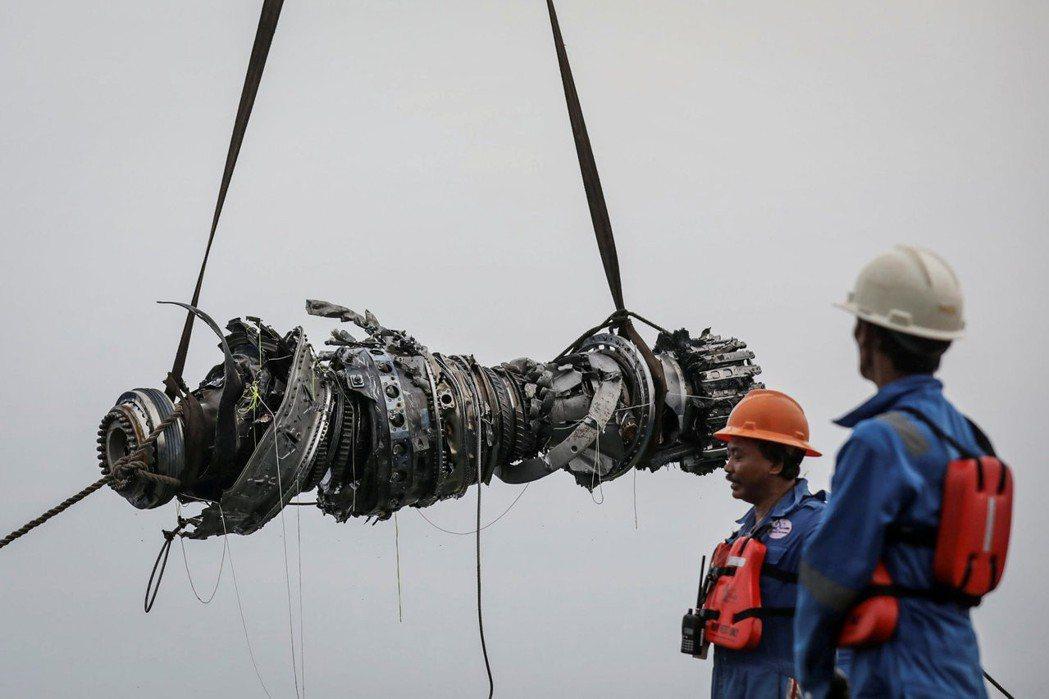 印尼獅航波音737 MAX飛機,去年10月起飛後不久墜毀於爪哇海。圖為打撈上岸的...