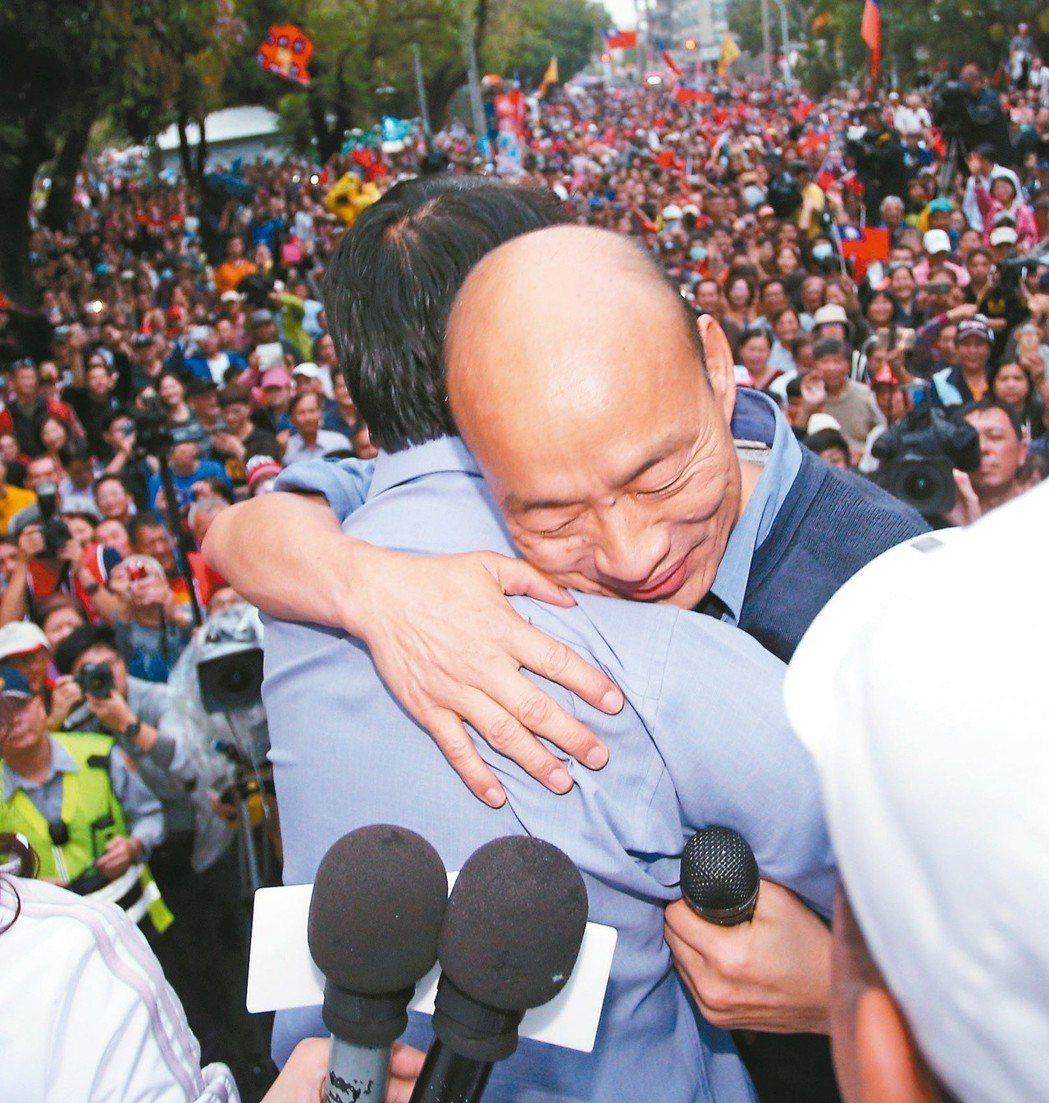 高雄市長韓國瑜(右)三度到台南幫謝龍介站台助選,希望大家勇敢支持謝,最後還送上大...