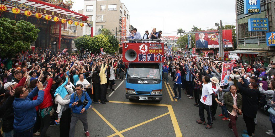 高雄市長韓國瑜三度到台南幫謝龍介站台助選,一起上街頭拉票,吸引大批民眾助陣。圖/...