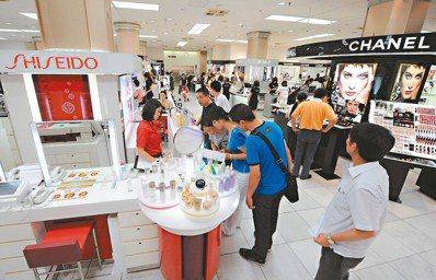 中國遊客湧入日本的爆買潮,在2016年和2017年推升日本美妝市場規模,一舉衝上...