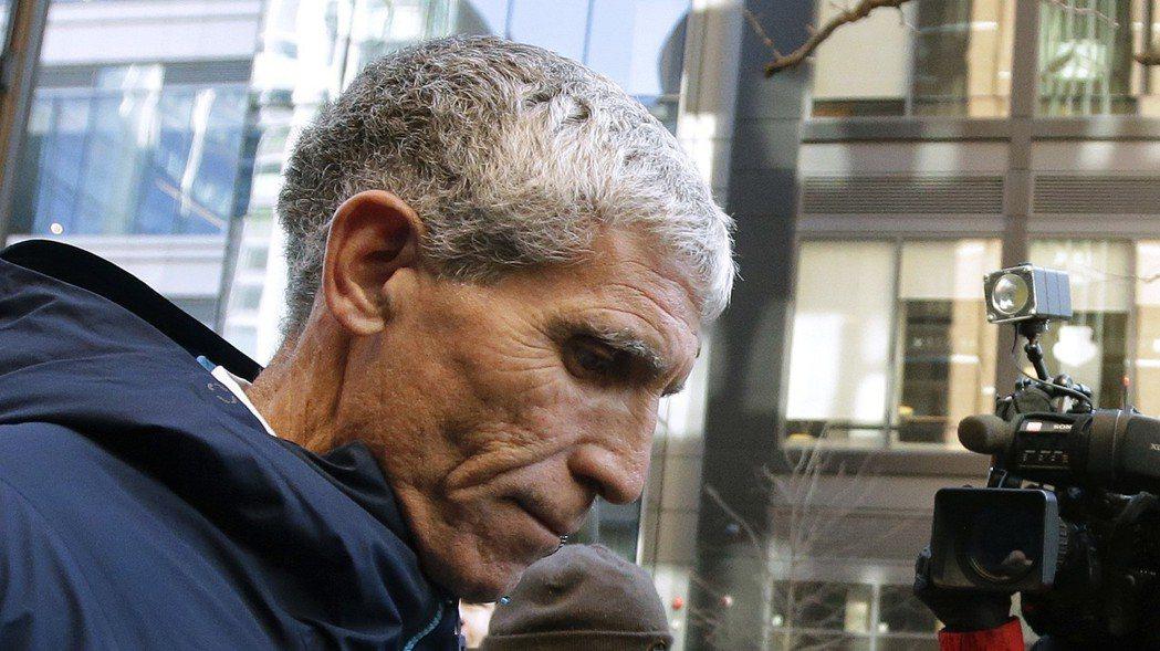 聯邦調查人員在調查一起金融詐騙的過程中,意外查到招生行賄詐騙主嫌辛格,進而破獲了...