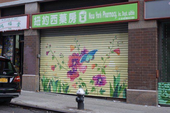 黃新位於華埠的藥房從2017年被查後就大門緊閉。(本報檔案照)