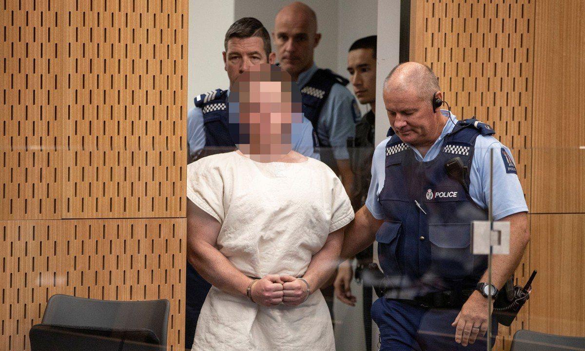 塔倫在紐西蘭基督城的清真寺行凶,造成49人喪命,他今天因被控謀殺罪出庭受審,穿白...