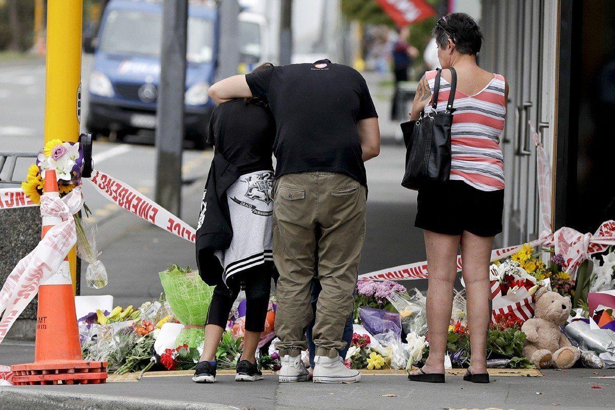 紐西蘭基督城2間清真寺昨天遭屠殺釀49死,民眾向罹難者致敬。美聯社