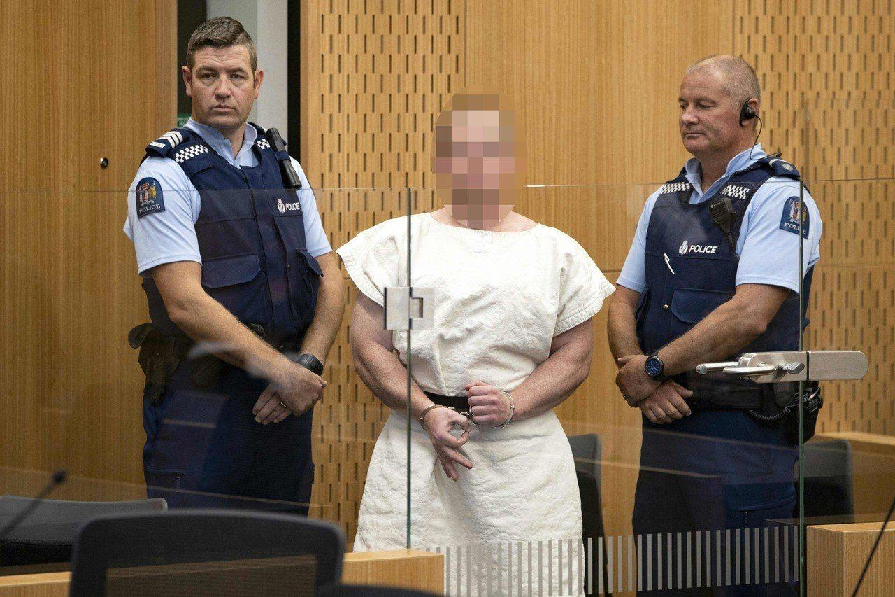 紐西蘭大屠殺兇嫌出庭,竟囂張比出白人力量歧視手勢。法新社