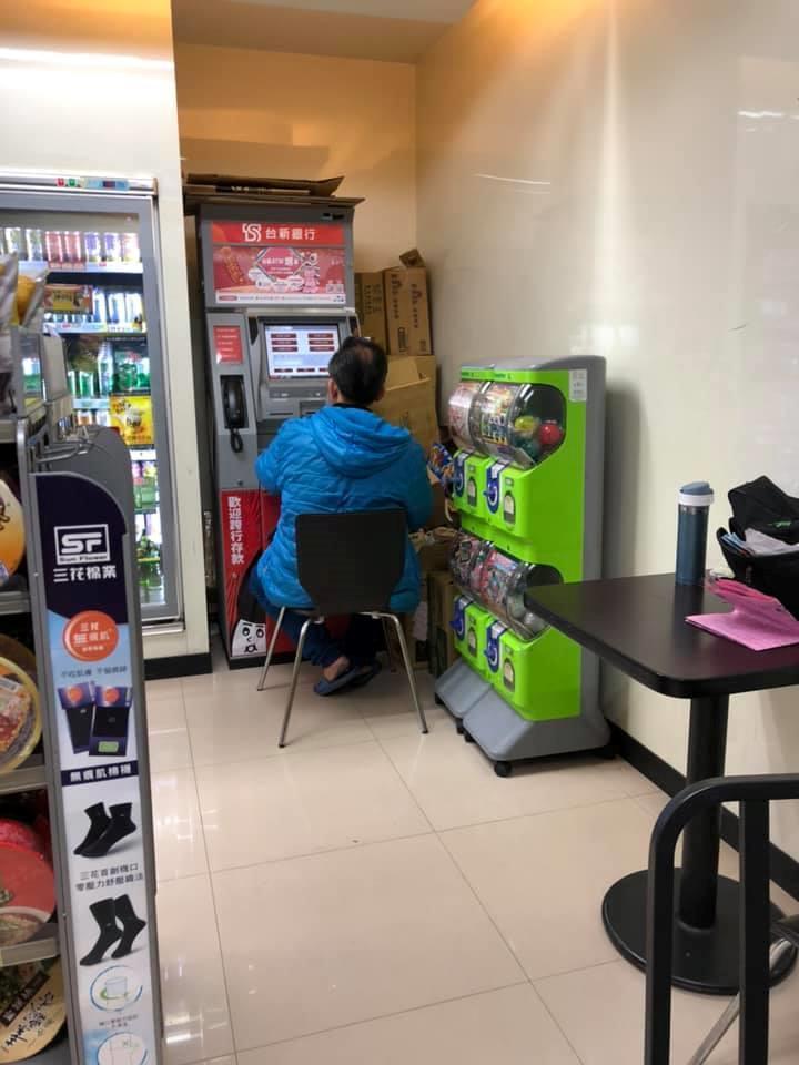 原PO想到超商領錢,卻看到一名男子搬椅子在ATM前坐著不動,讓她感到很無奈。 圖...