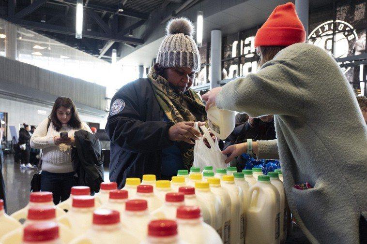 民眾購買牛奶示意圖。美聯社