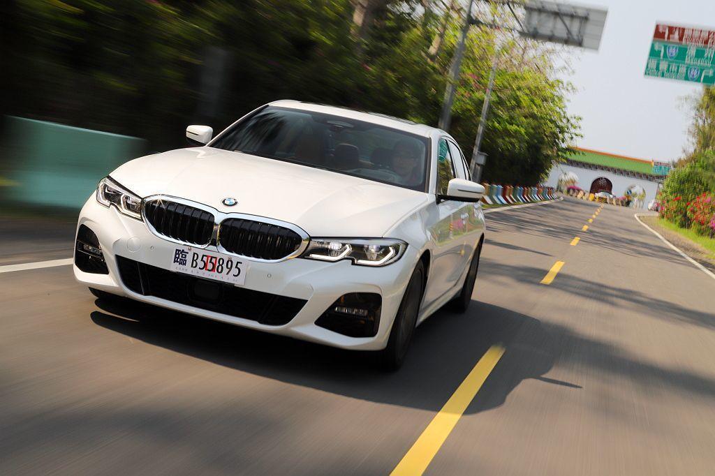 BMW 330i配置的Steptronic運動化8速手自排變速系統,不僅加速積極、綿密更完全感受不到任何一絲頓挫。 記者張振群/攝影