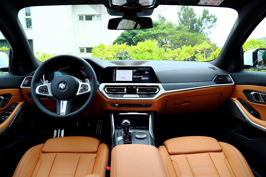 新世代BMW 3系列房車以更強烈的駕駛導向控台設計,使各項調整單元更方便就手。同時中央觸控螢幕高度也降低許多,使視野範圍更寬廣。 記者張振群/攝影