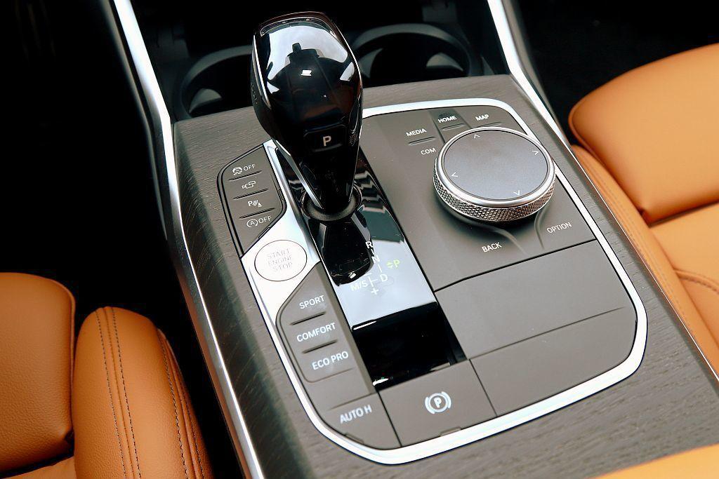 全新中央鞍做設計整合各式行車調控按鍵、排檔桿以及iDrive操作介面。 記者張振群/攝影