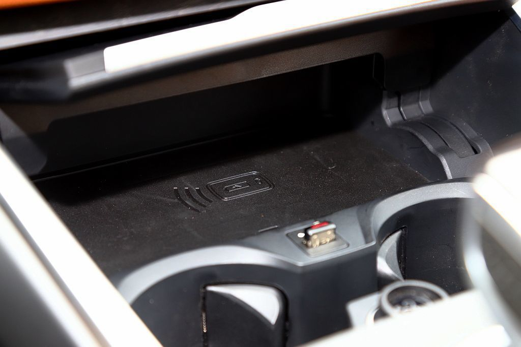 BMW 330i能完全無線連接並使用Apple Carplay系統,讓下方的無線...