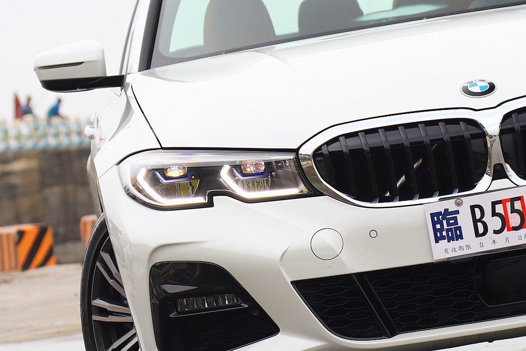 首批導入台灣的330i M Sport將BMW智慧雷射頭燈列為標準配備。 記者張...