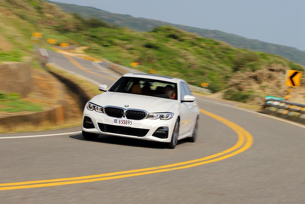 G20世代BMW 3系列房車縱使尺碼與軸距都有所增長,但依舊維持50:50前、後配重且保有靈活的操控反應。 記者張振群/攝影