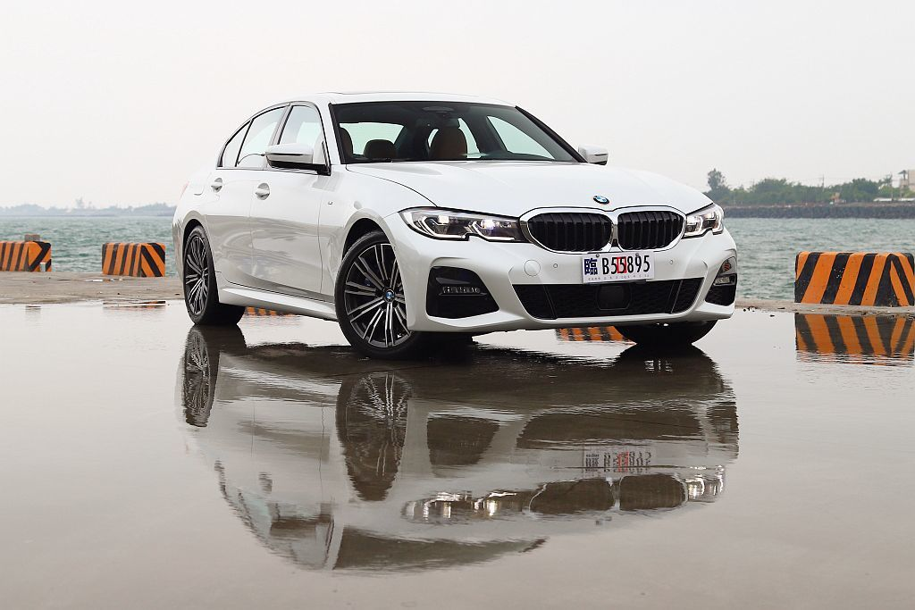 BMW 330i M Sport外觀有著專屬套件加持,如M款空力套件、M款專屬輪...