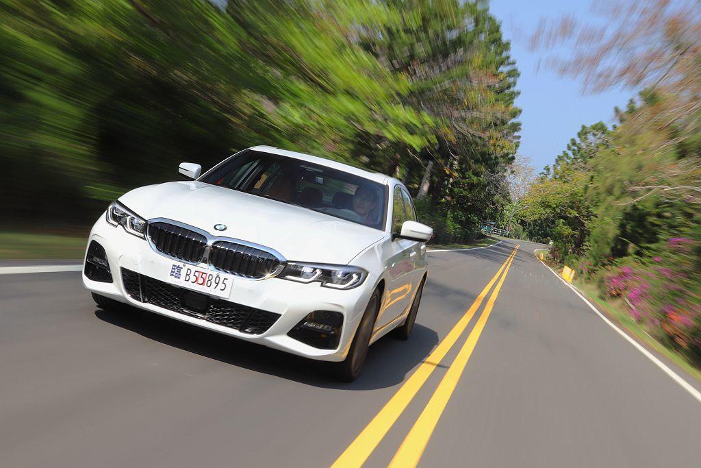 在新車發表會結束後,總代理汎德汽車立即安排媒體試駕新世代BMW 3系列房車。 記者張振群/攝影