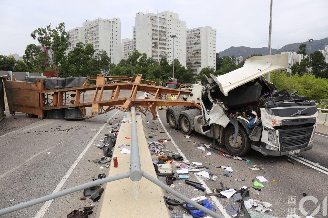 一輛貨櫃車沿屯門皇珠路往龍鼓灘方向行駛,途至龍逸邨附近位置時,突然失控撞壆翻側。...