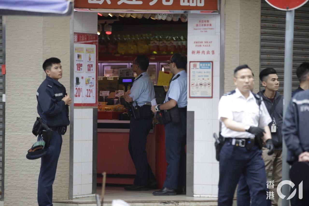 今日(16日)中午12時許,油麻地佳寶超級市場內發生搶劫傷人案,疑犯腹部中槍亡。...