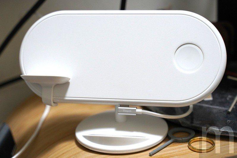 可讓iPhone、AirPods與Apple Watch同時充電的Plux三合一Qi無線充電盤