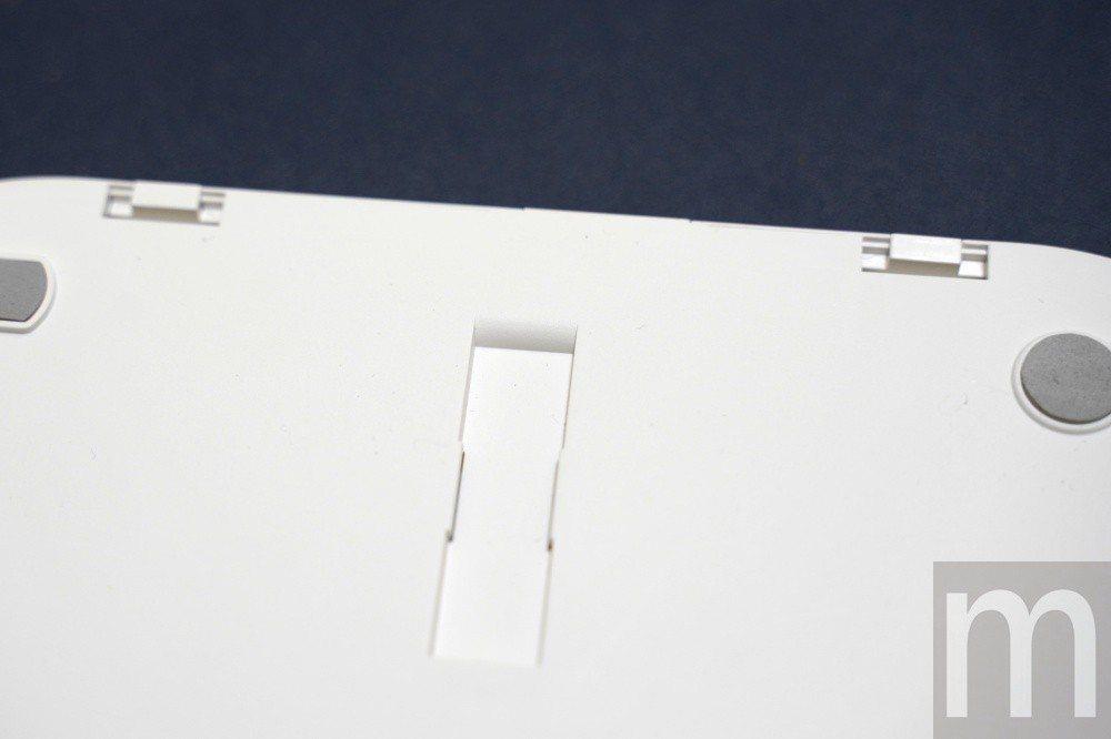要先將Plux三合一Qi無線充電盤背面的卡榫扳開,才能順利把充電盤拆開,但要注意...