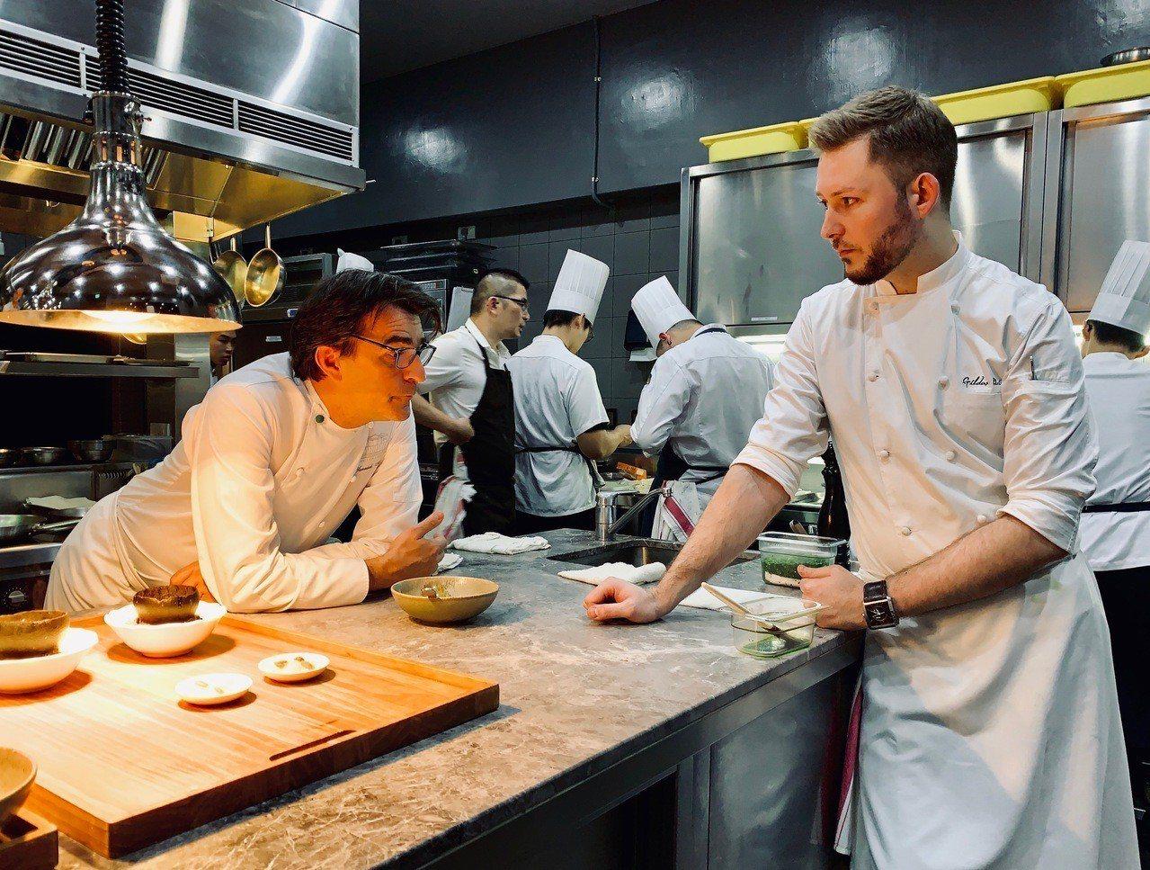 亞尼克(左)與基爾達(右),為餐點試菜、調味。記者張芳瑜/攝影