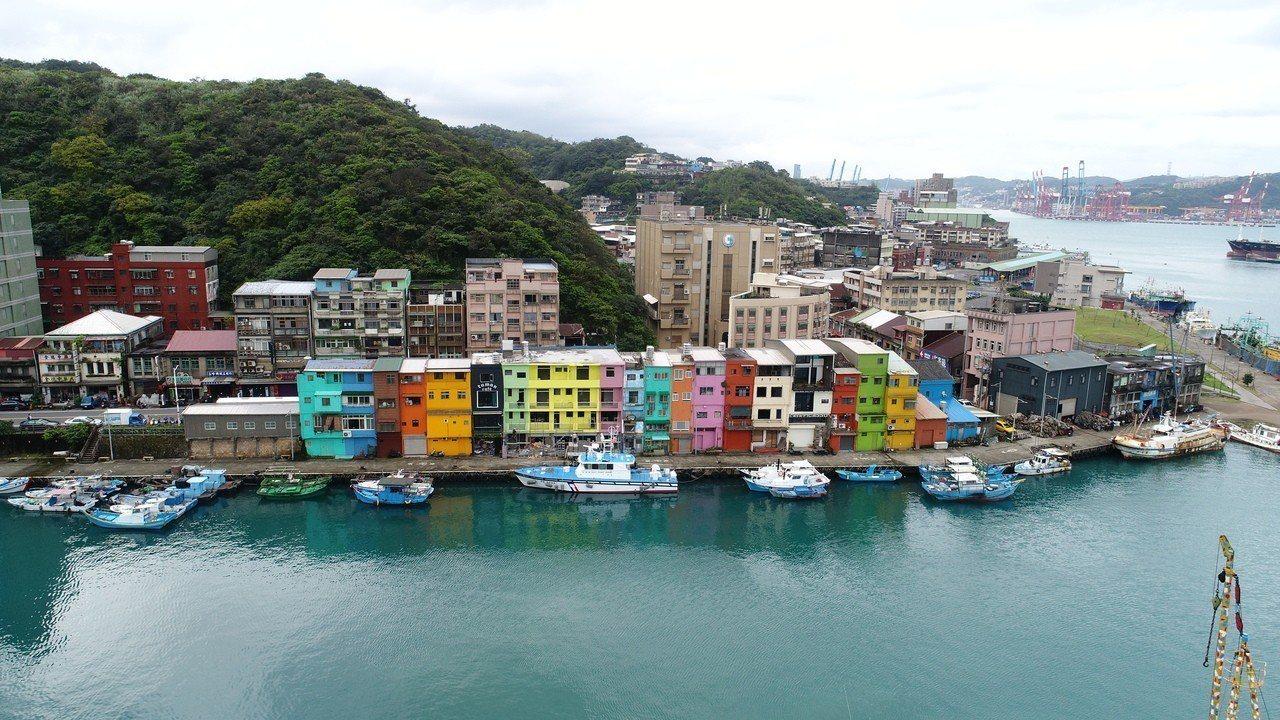 基隆市最夯的打卡景點,正濱漁港懷舊碼頭色彩屋,最後5間昨天完成彩繪,早上鷹架,帆...