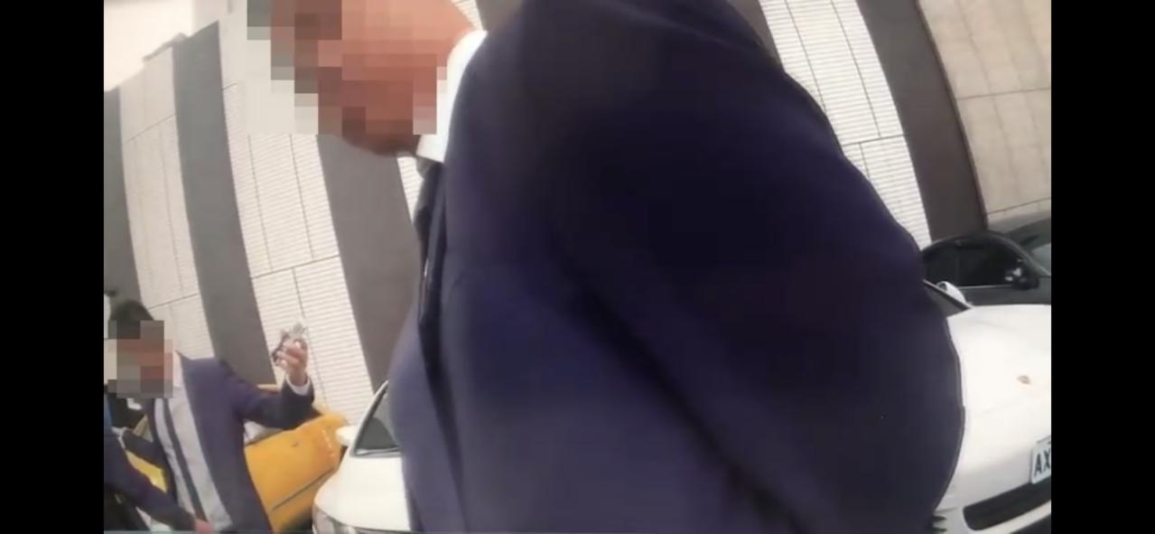 黑衣男攜毒參加「痟濟公」公祭,遭巡邏員警查獲並逮捕。記者巫鴻瑋/翻攝