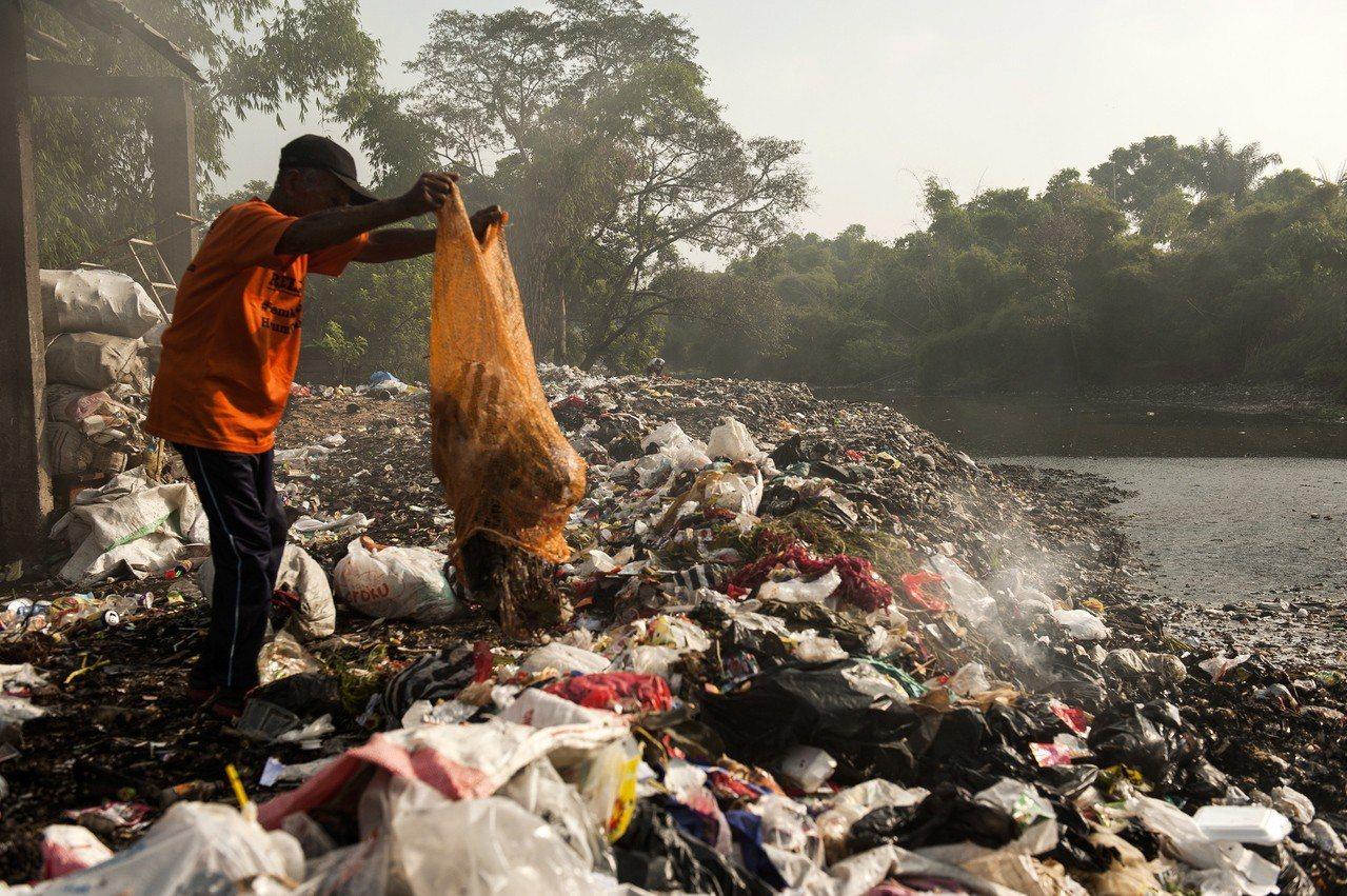 全世界每年有八百萬噸塑膠流入海洋。歐新社