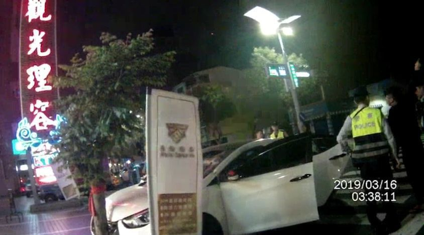 陳姓男子的白色轎車遭追逐,撞上路樹停下。記者林保光/翻攝