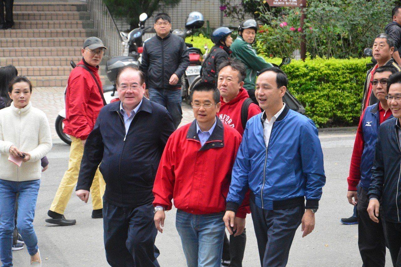 新北前市長朱立倫、市黨部主委李乾龍陪鄭世維投票。記者施鴻基/攝影